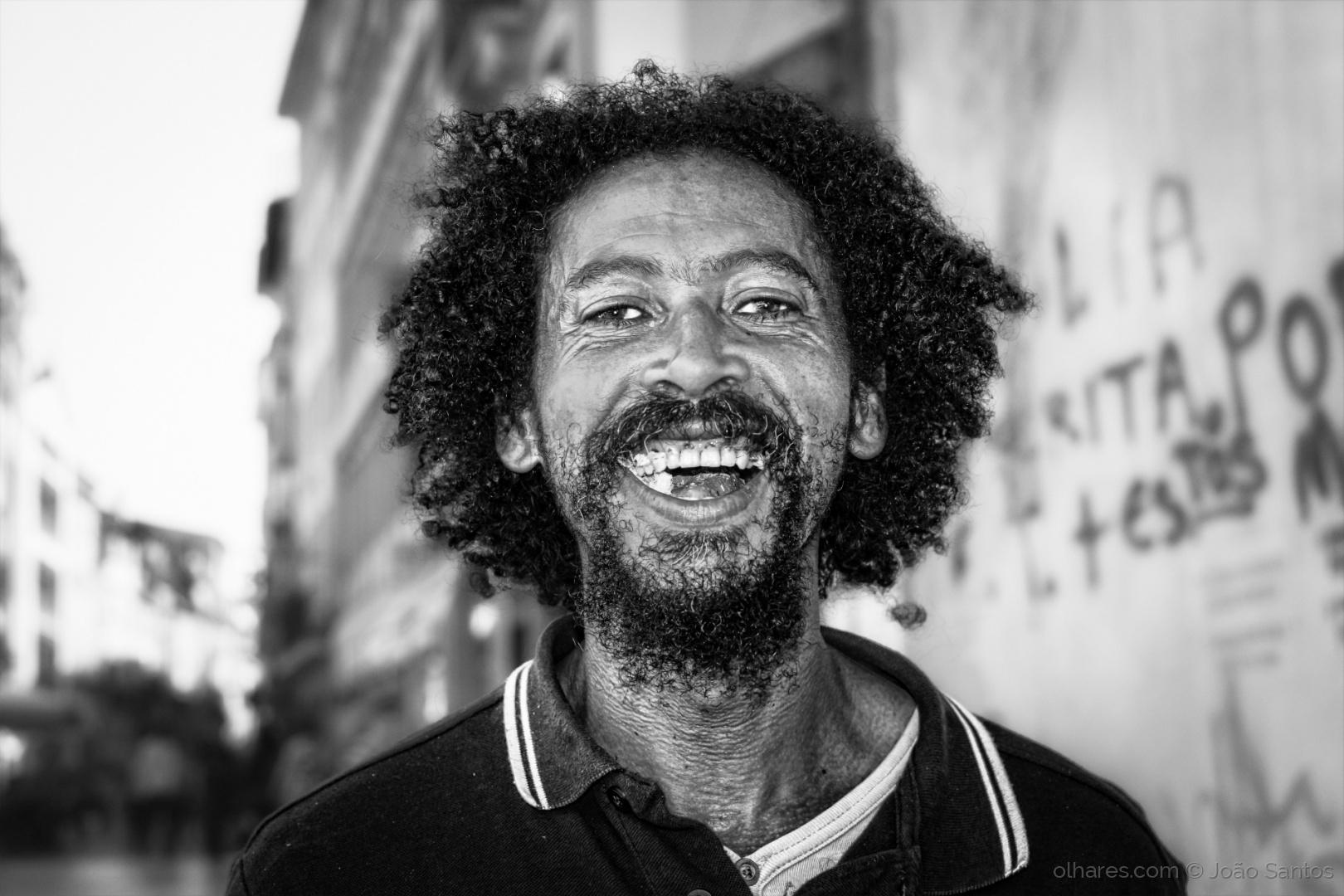 """Retrato de Lourenço da Ilha do Fogo tirado em Coimbra. É uma pessoa simpática, alegre e bem disposta. Costuma andar com a sua guitarra animando os Conimbricenses, estudantes e turistas. Quando falamos com o Lourenço este acompanha as suas palavras com um sorriso."""""""