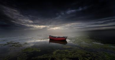 """A Equipa Olhares escolheu a fotografia """"Just float, lonely boat"""" de João Cruz dos Santos como Fotografia da Semana 43."""
