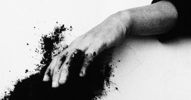 Helena Almeida, Saída negra [Black Exit], 1995 (pormenor) - See more at: http://www.serralves.pt/pt/actividades/helena-almeida-a-minha-obra-e-o-meu-corpo-o-meu-corpo-e-a-minha-obra/#sthash.1PuJE6sC.dpuf