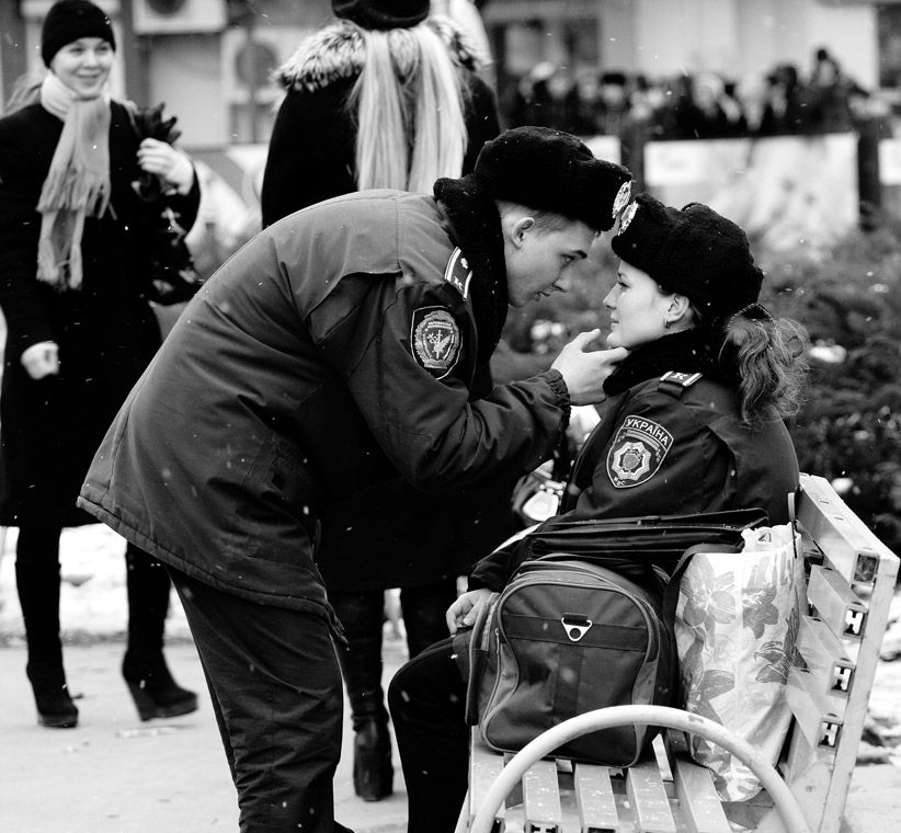 """""""Casal de Polícias"""", o retrato de um jovem casal, ambos polícias, na Ucrânia, venceu a categoria regional """"EMEA (Europa, o Médio Oriente e África)"""""""