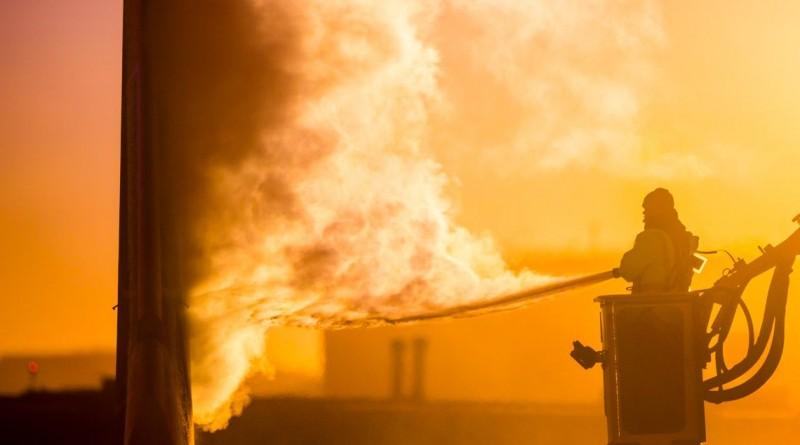 """""""Trabalho de Inverno"""", foi a imagem vencedora da categoria regional das """"Americas"""", e retrata o combate a incêndios no Canadá"""
