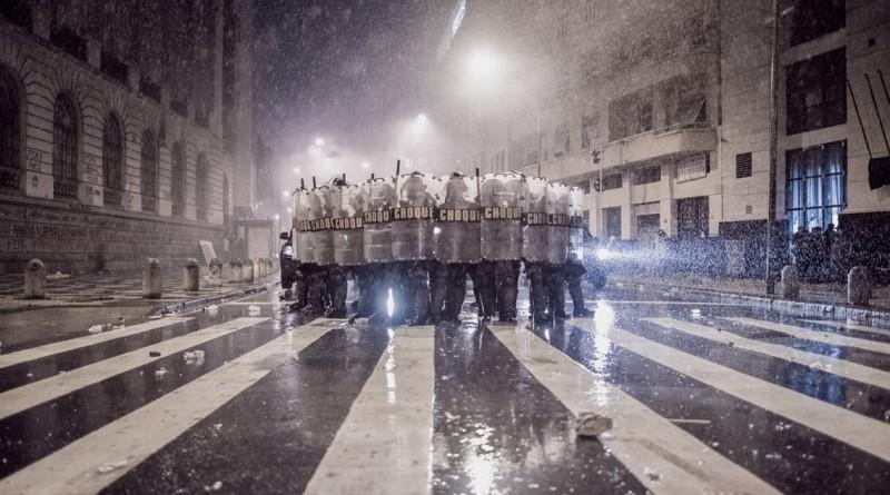 """""""Gerindo a influência"""", a foto tirada no Brasil durante protestos foi vencedora da categoria das """"00h00"""""""