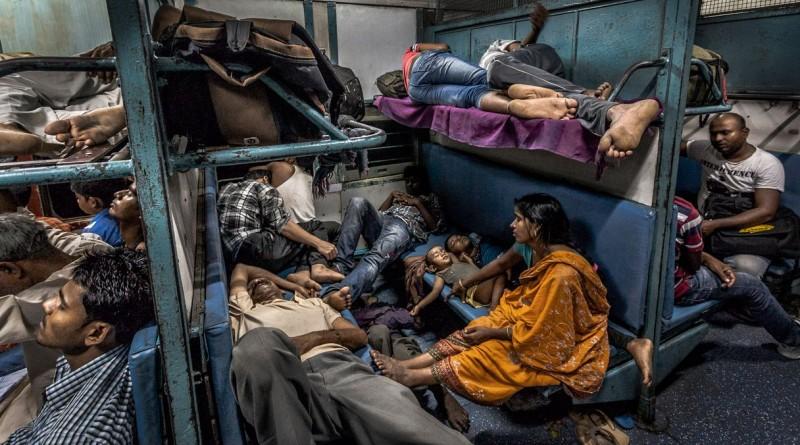 """""""Compartimento Geral"""" mostra passageiros no interior de um comboio na Índia durante a noite. Venceu a categoria das """"02h00"""""""