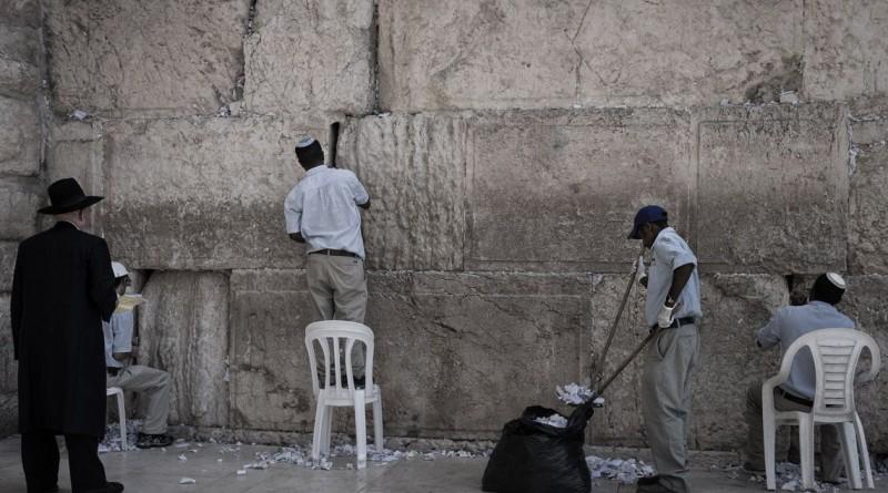 """""""Limpando o Muro das Lamentações"""". Uma cena rara da limpeza do local sagrado, em Israel, ganhou a categoria das """"12h00"""""""