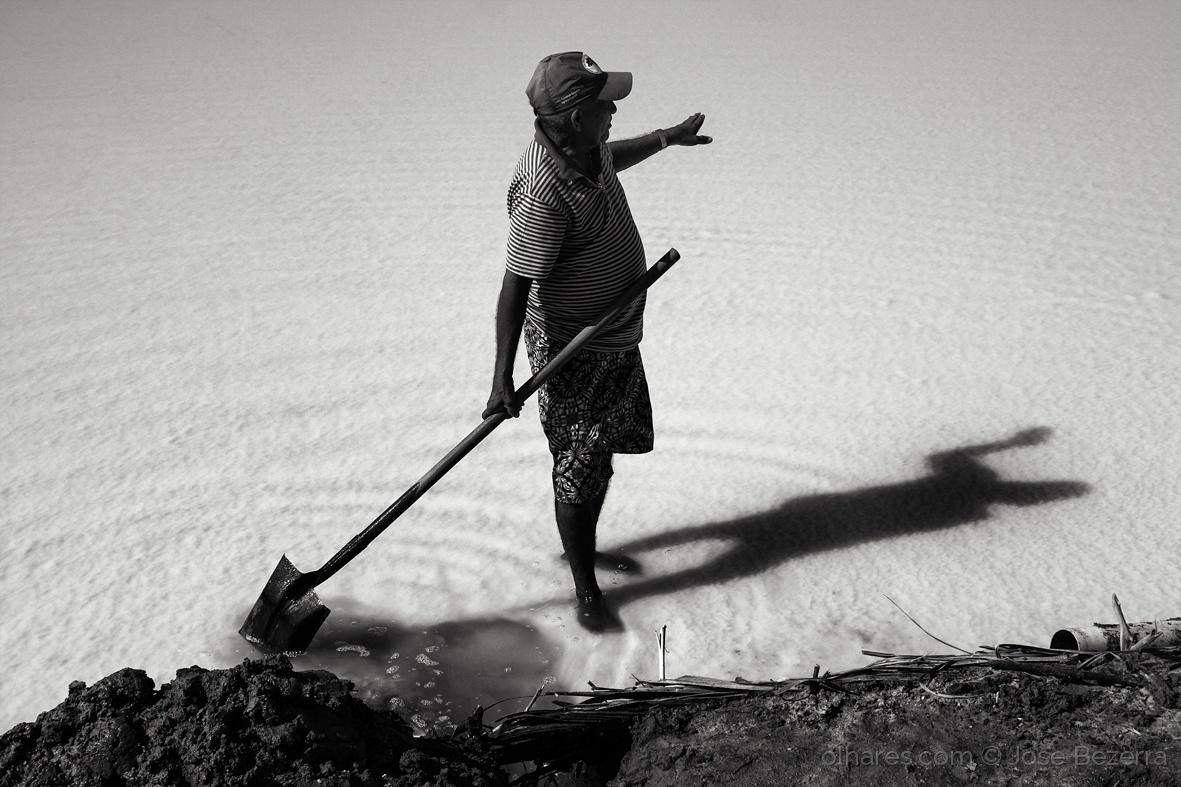 © Jose Bezerra - Salineiro  |  A relação do homem com o sal é milenar. O encanto que alguns trabalhadores tem pela atividade salineira é fruto desta parceria. O sal ajuda ao homem, <a href=