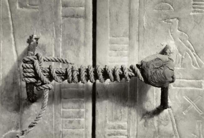 O selo nas portas do túmulo de Tutancâmon, 1922. Permaneceu intacto durante 3.245 anos.