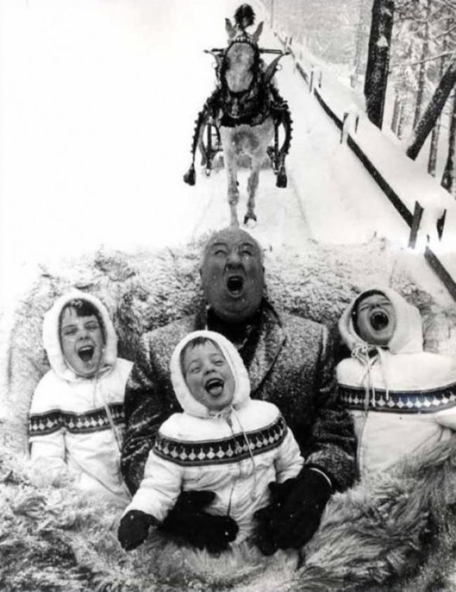 Alfred Hitchcock brinca com os netos, 1960.