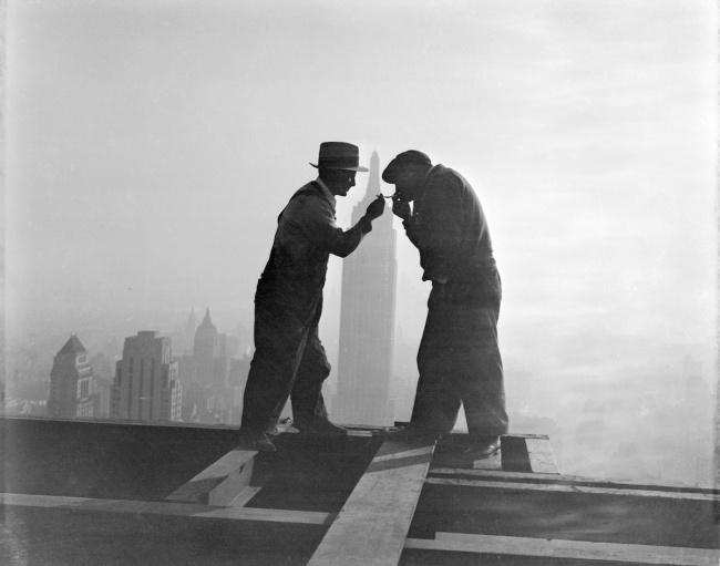 Uma pausa durante a construção do RCA building, 1932.