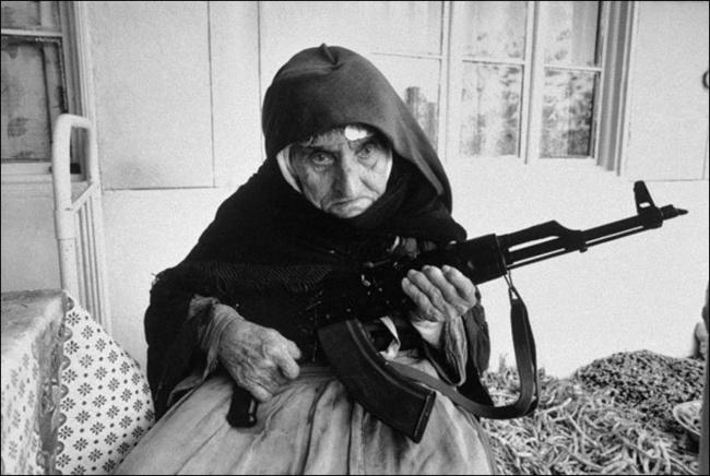 Uma mulher de 106 anos defende a sua casa, Arménia, 1990.