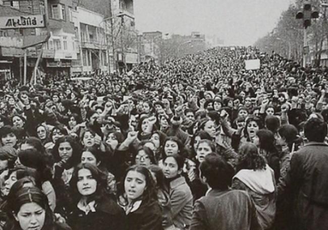 Mulheres em protestos após tornar-se obrigatório o uso do Hijab no Irão após a revolução Islâmica. 1979.