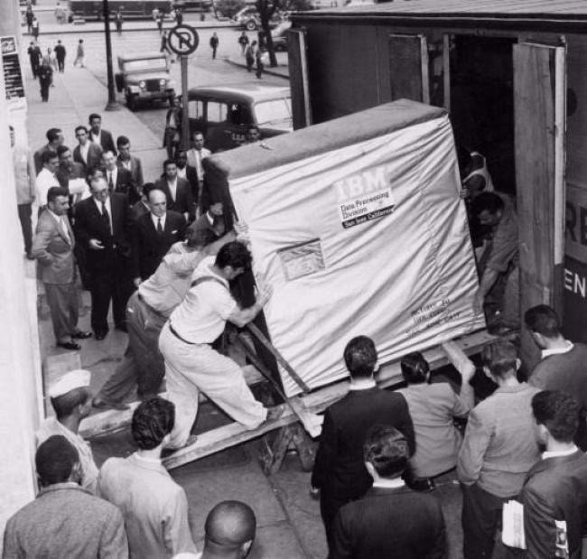 Um disco-rígido de 5Mb enviado pela IBM, 1956.