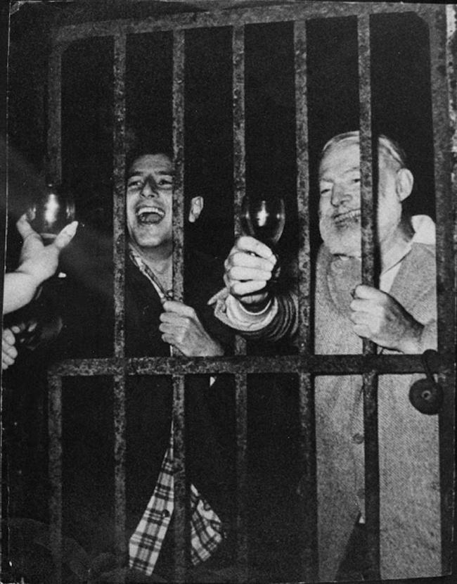 Ernest Hemingway após uma das suas festas.