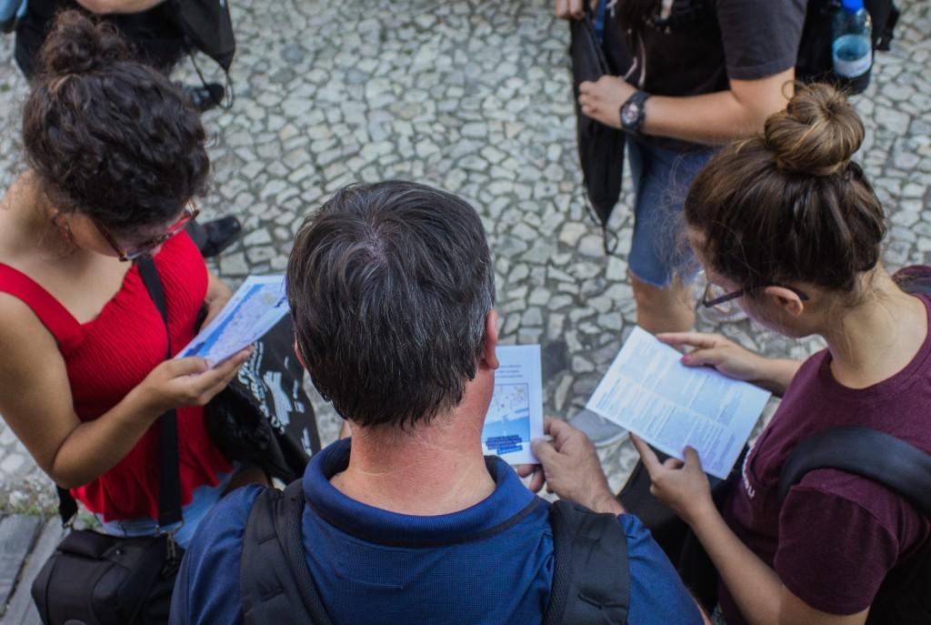 Participantes a analisar o Mapa da Maratona e o Regulamento do Passatempo